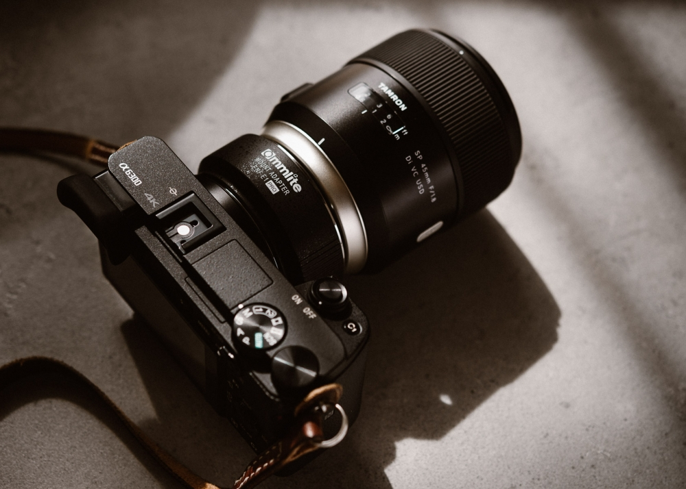 Sony A6300 + Tamron SP 45 mm F/1.8 + adapter Commlite CM-ENF-E1 PRO (Nikon) + test AF